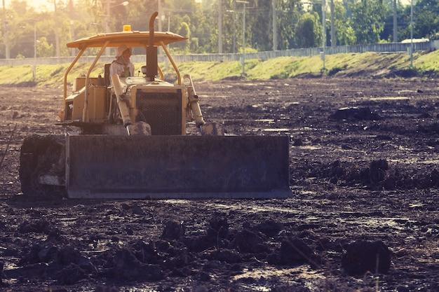 Mise en décharge niveleuse niveleuse sur le chantier de construction Photo Premium