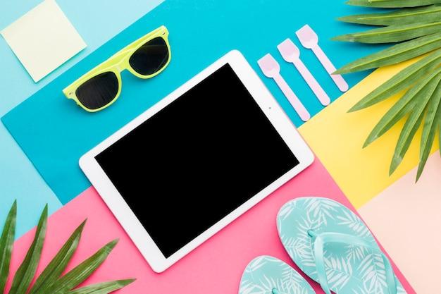Mise en page créative d'accessoires de plage et tablette Photo gratuit