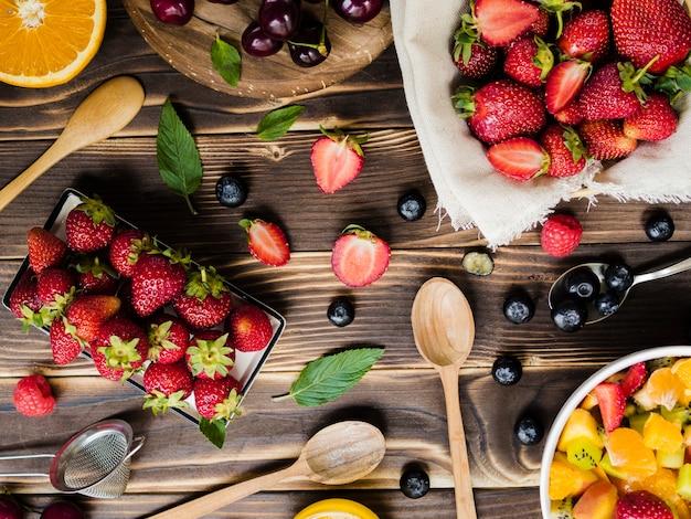 Mise en page créative avec des fruits et des cuillères Photo gratuit