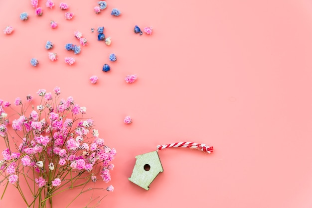 Mise En Page Avec Des Fleurs Et Une Boîte En Bois Sur Fond Rose Photo gratuit