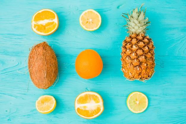 Mise en page de fruits tropicaux frais Photo gratuit