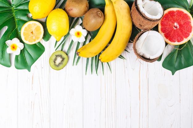 Mise en page de fruits tropicaux mûrs et brillants Photo gratuit