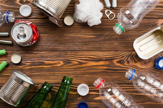 Mise en page des ordures pour le recyclage sur fond en bois Photo gratuit