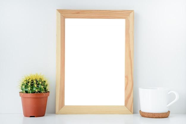 Mise en page pour la conception vide cadre en bois avec fond isolé Photo Premium