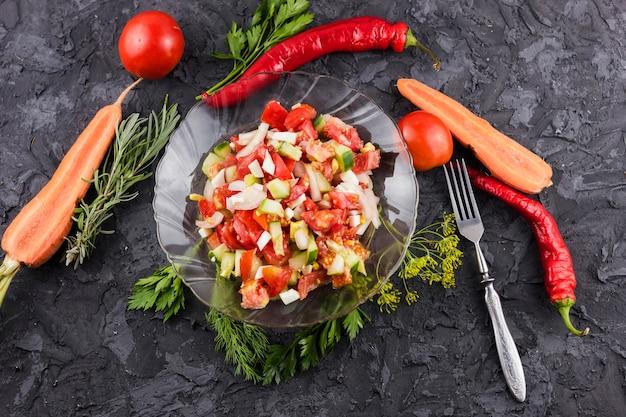 Mise en page de la salade et des ingrédients Photo gratuit