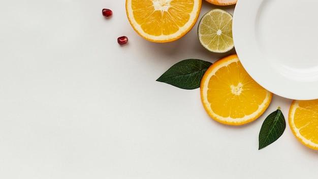 Mise à Plat D'agrumes Avec Plaque Et Espace De Copie Photo gratuit