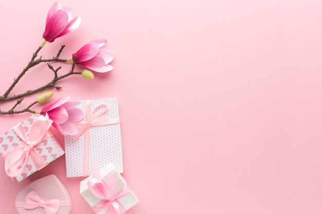 Mise à Plat De Cadeaux Roses Avec Magnolia Et Espace Copie Photo gratuit