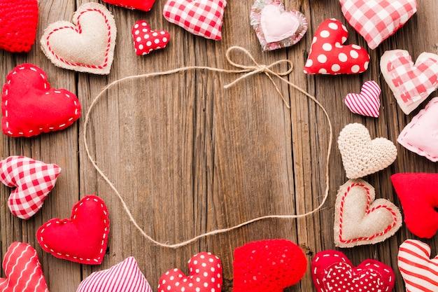 Mise à plat du cadre d'ornements saint valentin avec chaîne Photo gratuit