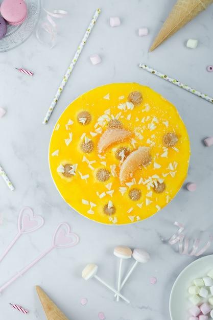 Mise à Plat Du Gâteau D'anniversaire Photo gratuit