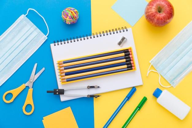Mise à Plat Du Matériel De Retour à L'école Avec Des Crayons Et Des Ciseaux Photo gratuit