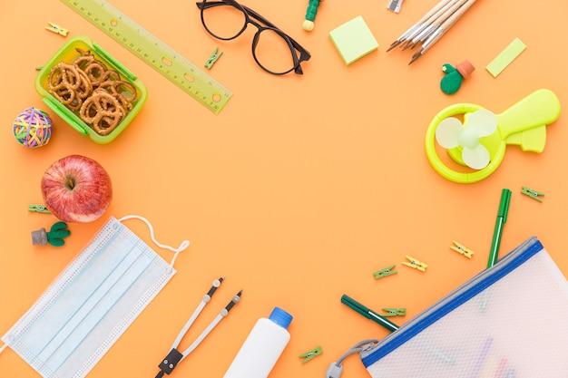 Mise à Plat Du Matériel De Retour à L'école Avec Des Lunettes Et Le Déjeuner Photo Premium
