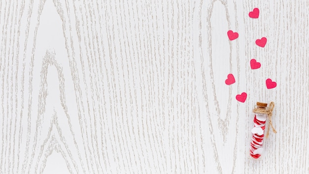 Mise à Plat Du Tube Avec Coeurs Et Espace Copie Pour La Saint-valentin Photo gratuit