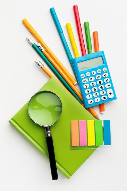 Mise à Plat Des éléments Essentiels De L'école Avec Calculatrice Et Livre Photo gratuit