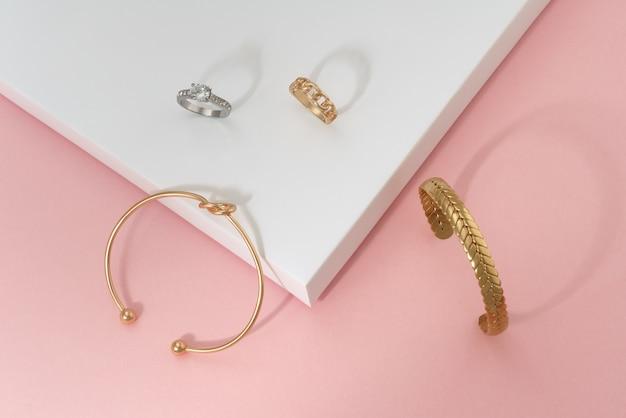 Mise à Plat De La Forme De Noeud Doré Et Des Bracelets Et Bagues En Forme De Tresse Photo Premium