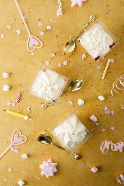 Mise à Plat De Gâteau D'anniversaire Avec Bougies Photo gratuit