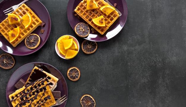 Mise à Plat De Gaufres Sur Des Assiettes Au Chocolat Et Aux Agrumes Photo gratuit