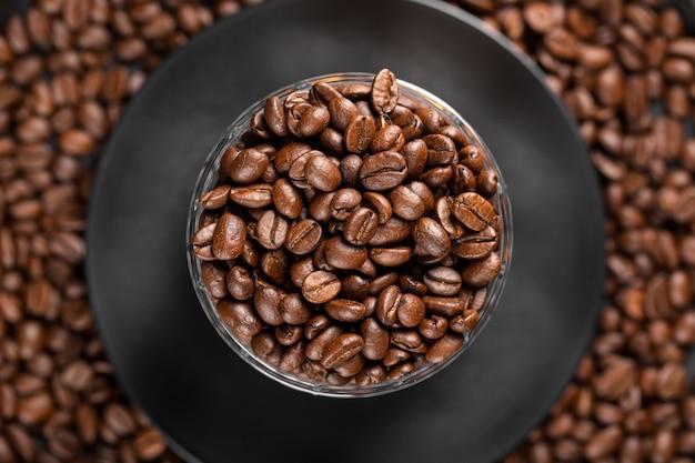 Mise à Plat Des Grains De Café Dans Un Bol Photo gratuit