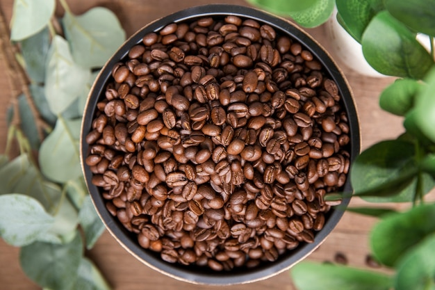 Mise à Plat Des Grains De Café Dans Un Bol Photo Premium