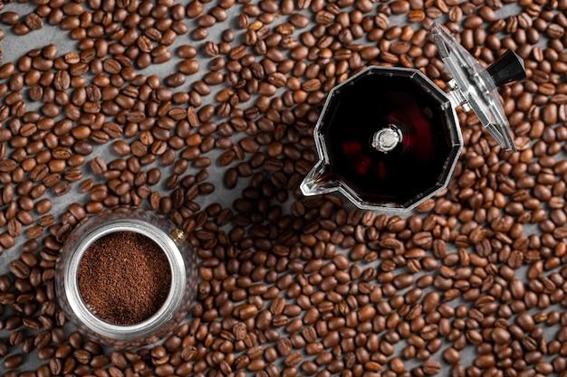 Mise à Plat Des Grains De Café Et De La Poudre Dans Un Récipient Photo gratuit