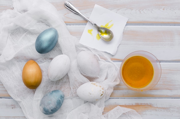 Mise à Plat D'oeufs Peints Pour Pâques Avec Colorant Et Cuillère Photo gratuit