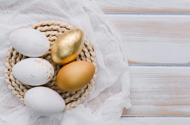 Mise à Plat D'oeufs Pour Pâques Sur Napperon Photo gratuit