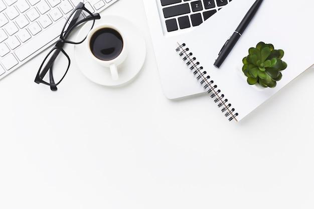 Mise à Plat De L'ordinateur Portable Avec Une Tasse De Café Sur Le Bureau Photo gratuit