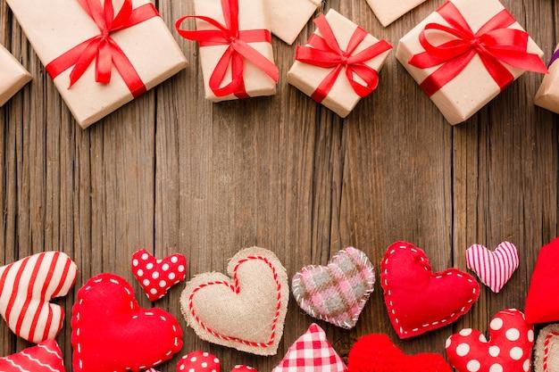 Mise à plat des ornements de la saint-valentin avec des cadeaux Photo gratuit