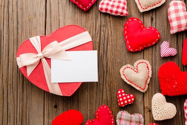 Mise à plat d'ornements de saint valentin avec présent Photo gratuit