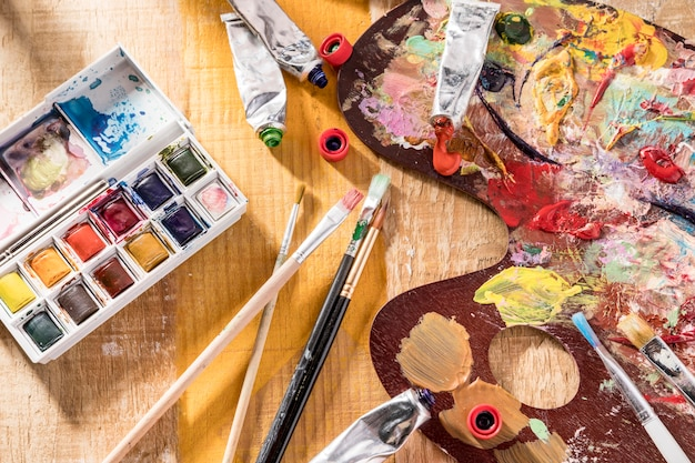 Mise A Plat De La Palette De Peinture Et Des Pinceaux Photo Premium
