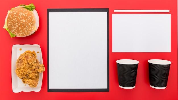Mise à Plat De Papier De Menu Vierge Avec Tasses Et Burger Photo gratuit