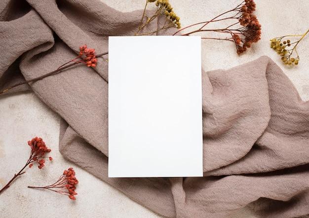 Mise à Plat De Papier Avec Des Plantes D'automne Et Du Tissu Photo Premium