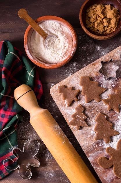 Mise à Plat De Pâte à Biscuits De Noël Avec Des Formes D'arbre De Noël Photo gratuit