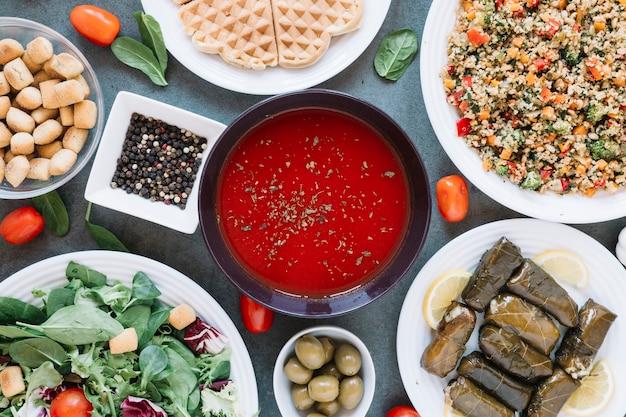 Mise à Plat De Plats Avec Soupe Aux Tomates Et Poivre Photo gratuit