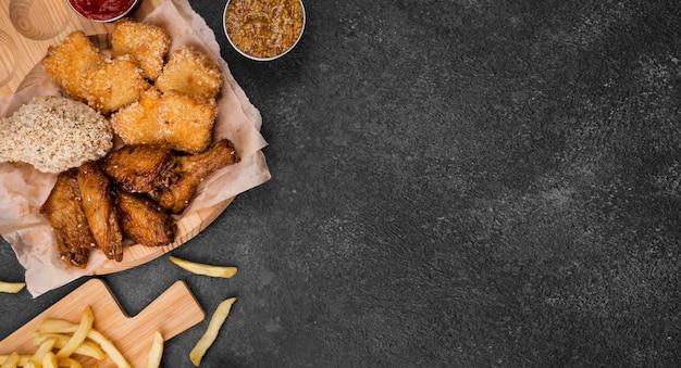Mise à Plat De Poulet Frit Avec Des Frites Et De L'espace De Copie Photo gratuit
