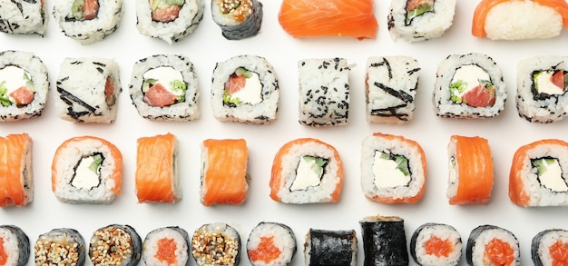 Mise à Plat Avec Des Rouleaux De Sushi. Nourriture Japonaise Photo Premium