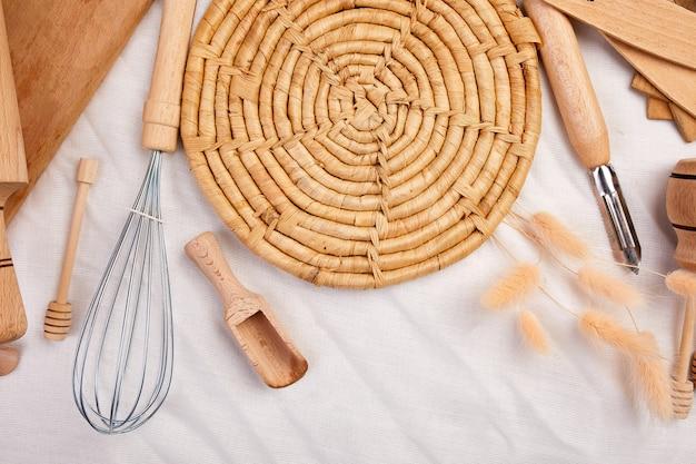 Mise à Plat Avec Des Ustensiles De Cuisine En Bois, Ustensiles De Cuisine Sur Textile Photo Premium