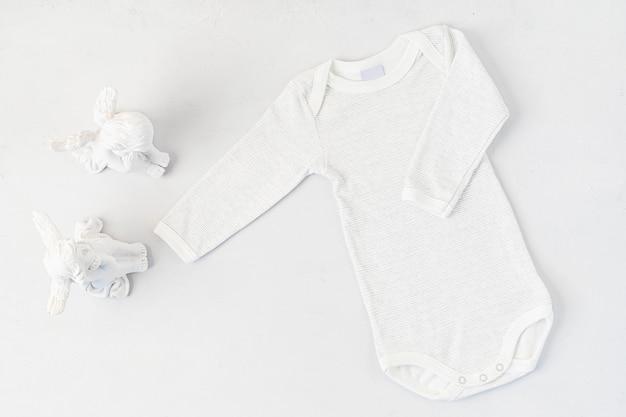 Mise à Plat De Vêtements Nouveau-nés Mignons Isolés Photo Premium