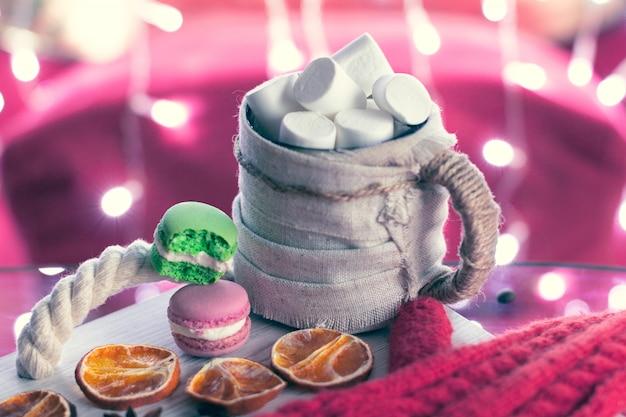 Mitaines Et Tasse Rouge Chaud Avec Guimauve Et Macarons Photo Premium