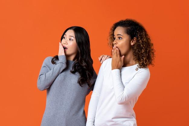 Mixede race femme amis en état de choc Photo Premium