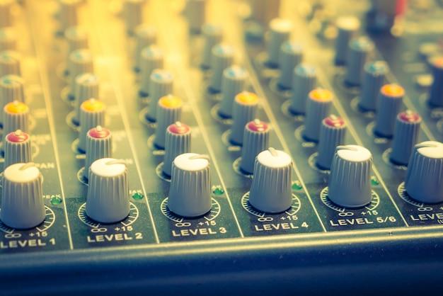 Mixer musique bureau avec différents boutons (filtré image traitée v Photo gratuit