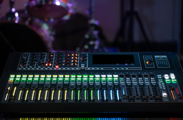 Mixeur Numérique Dans Un Studio D'enregistrement. Travaillez Avec Le Son. Concept De Créativité Et De Show-business. Photo gratuit