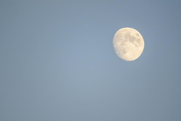 Mmoon Monte Dans Le Ciel Photo gratuit