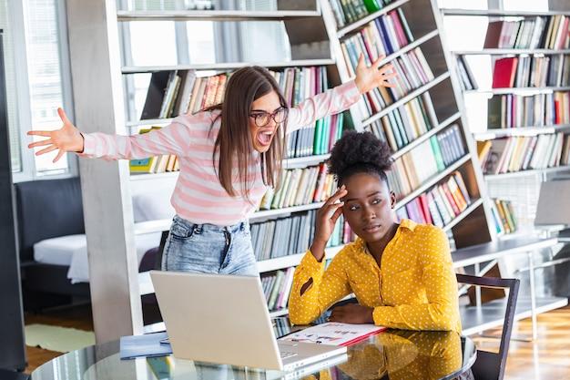 Mobbing Au Travail. Jeune Patron Féminin Ambitieux Criant à Une Nouvelle Employée Malheureuse Photo Premium