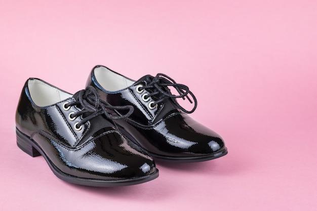Mocassins En Cuir Pour Femmes élégantes à La Mode Sur Fond Rose. Chaussures D'école à La Mode. Photo Premium