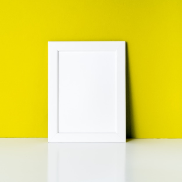 Mock up frame sur le mur de papier jaune vif Photo Premium