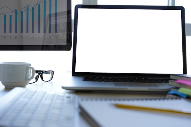 Mock up utiliser un ordinateur portable avec un ordinateur à écran blanc moderne Photo Premium