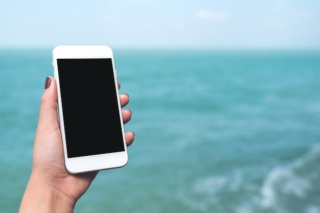 Mockup téléphone intelligent avec la main des gens Photo Premium