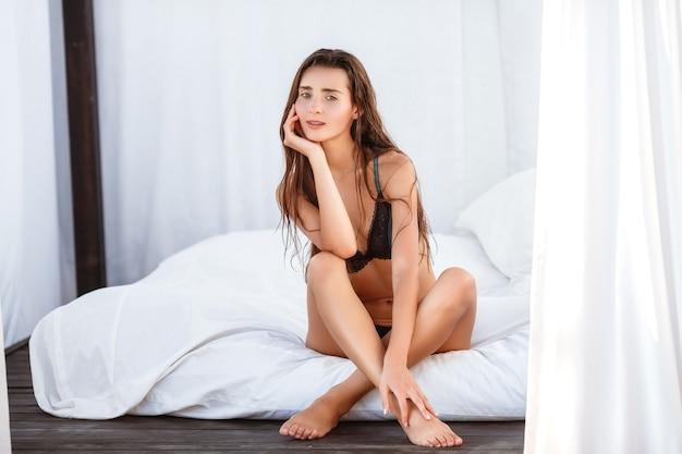Mode D'été Femme. Heureuse Fille Souriante Sexy Avec Corps En Forme, Jambes Longues, Peau Saine En Bikini Photo Premium