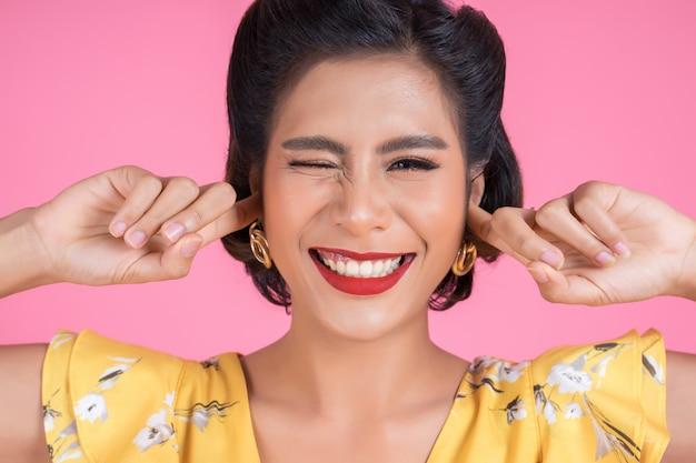 Mode femme main couvrir ses oreilles Photo gratuit