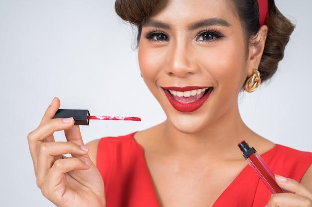 Mode femme main tenant le soin des lèvres Photo gratuit